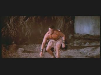 Culturiste en jupette Vs dragon en mousse : extrait vidéos du film La Vengeance d'Hercule