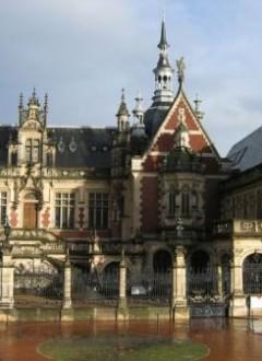 La demeure où le couple trouve refuge : il s'agit du Palais Bénédictine, situé à Fécamp. Ouvrage néo-gothique et néorenaissance construit par l'industriel ayant commercialisé la liqueur Bénédictine, il est représentatif de la tendance éclectique en architecture.