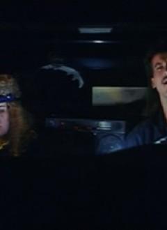 Le réalisateur Ron Hulme et le réalisateur de 2nde équipe Dale Hildebrand, dans un caméo inspiré (un duo d'éboueurs fans de heavy metal).
