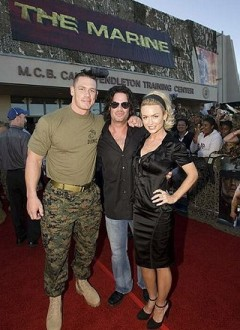 Au centre, le réalisateur John Bonito, entouré de John Cena et Kelly Carlson.