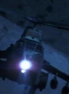 Utilisation honteuse de stock-shots, la preuve par l'image : en haut « Rambo 3 », en bas « The Marine » ! Bravo au forumeur Crazy-Duck pour avoir reconnu le fameux hélicoptère HIND cher à Rambo (en fait un hélicoptère PUMA trafiqué, avec un rajout d'ailes portantes pour les bombes).