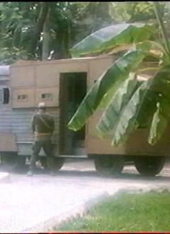 Un garde qui pisse sur son propre véhicule.