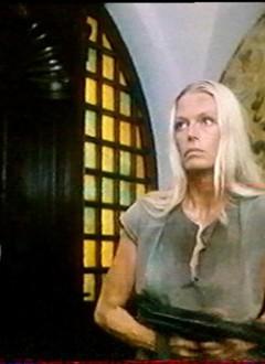 La jet-setteuse danoise Nina Van Pallandt nettoie le palais au fusil-mitrailleur.