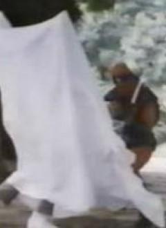 Même caché sous un drap, cet acteur joue très mal l'agonie.