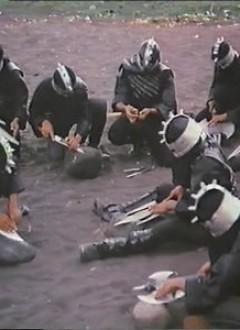 Les méchants affûtant leurs haches nanardes pour le raid.