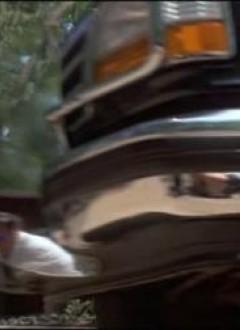 Faut arrêter de faire briller les chromes des caisses, ça réfléchit l'équipe du film.
