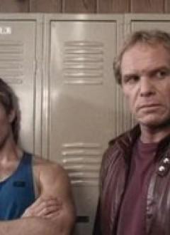 Chuck (Ted Prior) et le lieutenant Morgan (David Campbell) s'ennuient ferme.