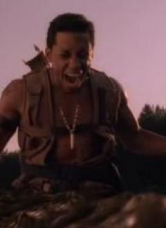 Ce type se fritte un croco à la machette, alors forcément, il est content !