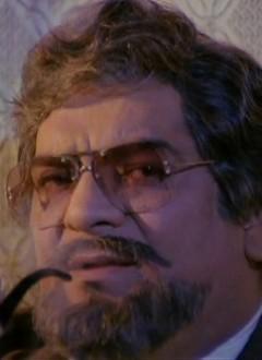 La pipe et la barbe, deux accessoires indispensables à tout bon psychiatre de cinéma ringard.