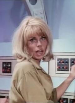 Bonjour, je m'appelle Linda et je suis le blonde idiote de garde sur cette fusée.