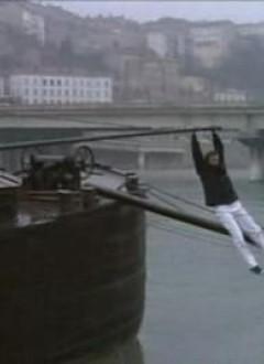 Alain Delon descend d'une péniche à la seule force de ses bras...