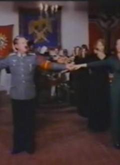 L'interminable et incompréhensible séquence de danse synchronisée, qui va se transformer en interminable et incompréhensible séquence d'immobilité collective.